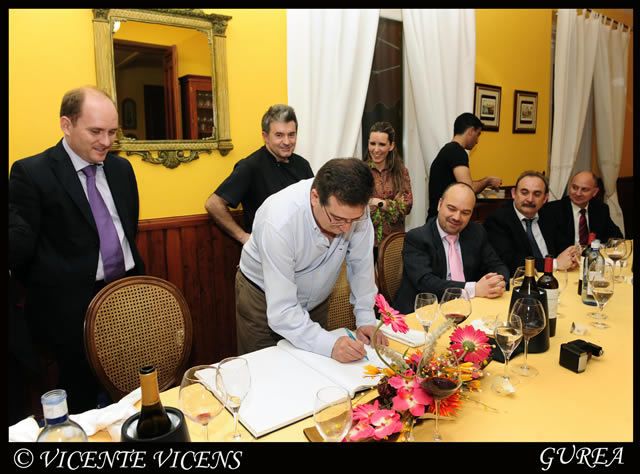 Firma en el libro de Honor del Club